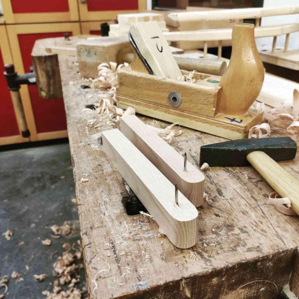 Hobelbank mit Werkzeuge wie Hobel Hammer und Klüpfel unaufgeräumt