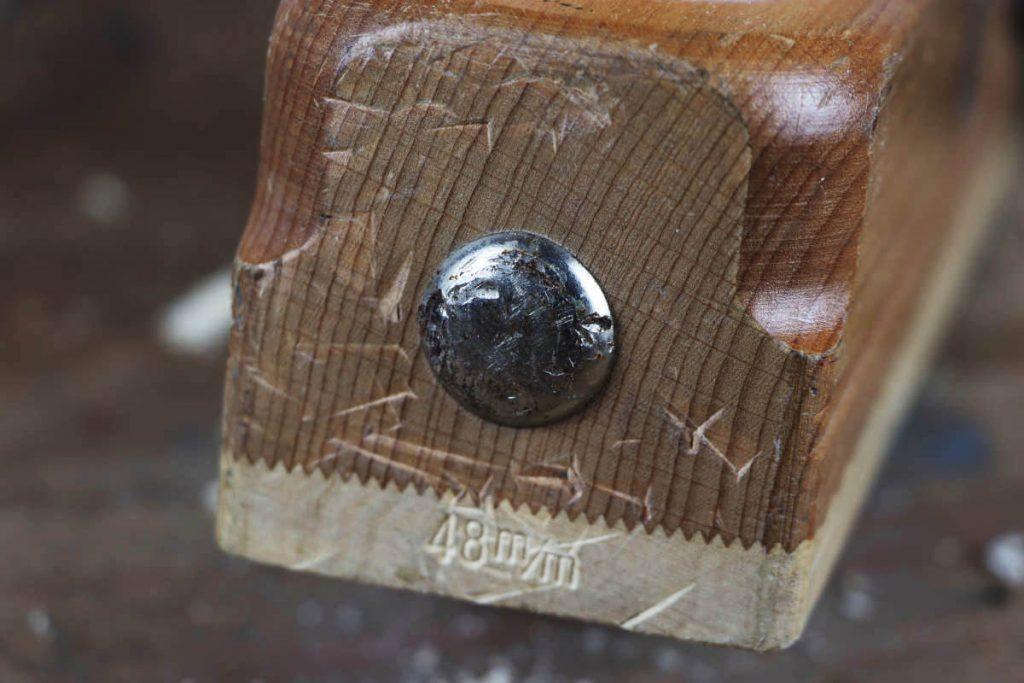 Schlagknopf des Handhobels aus Eisen ist sichtbar