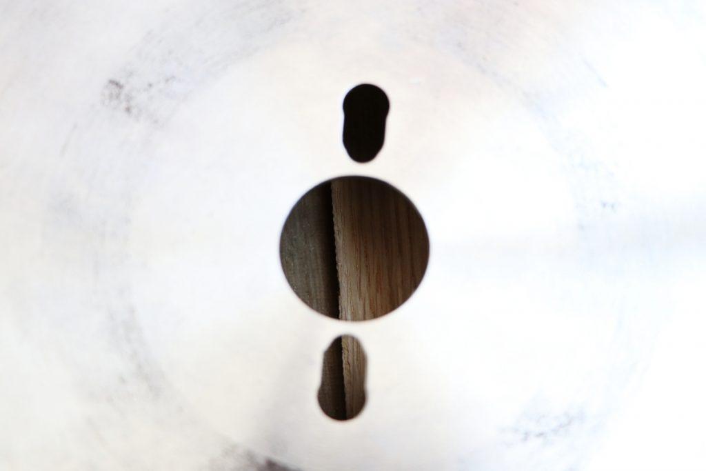 Mittelloch und Nebenlöcher eines Kreissägeblatts für Formatkreissägen