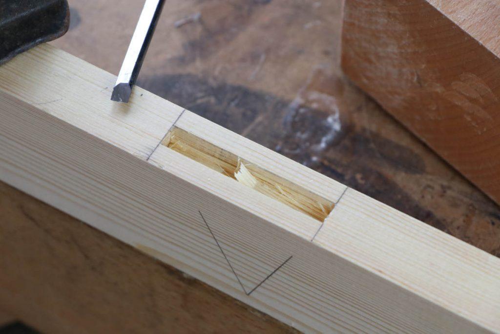 gestemmter Zapfen Holzverbindung Zapfenloch ausstemmen mit Stemmeisen