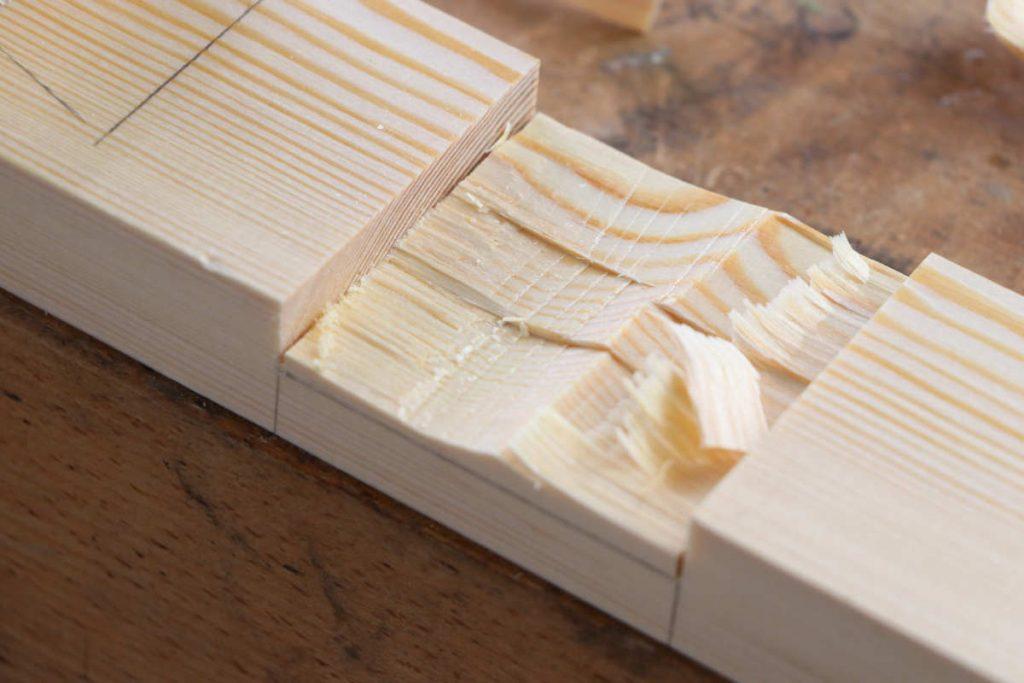 Kreuzüberblattung ausstemmen mit Stecheisen und Klüpfel