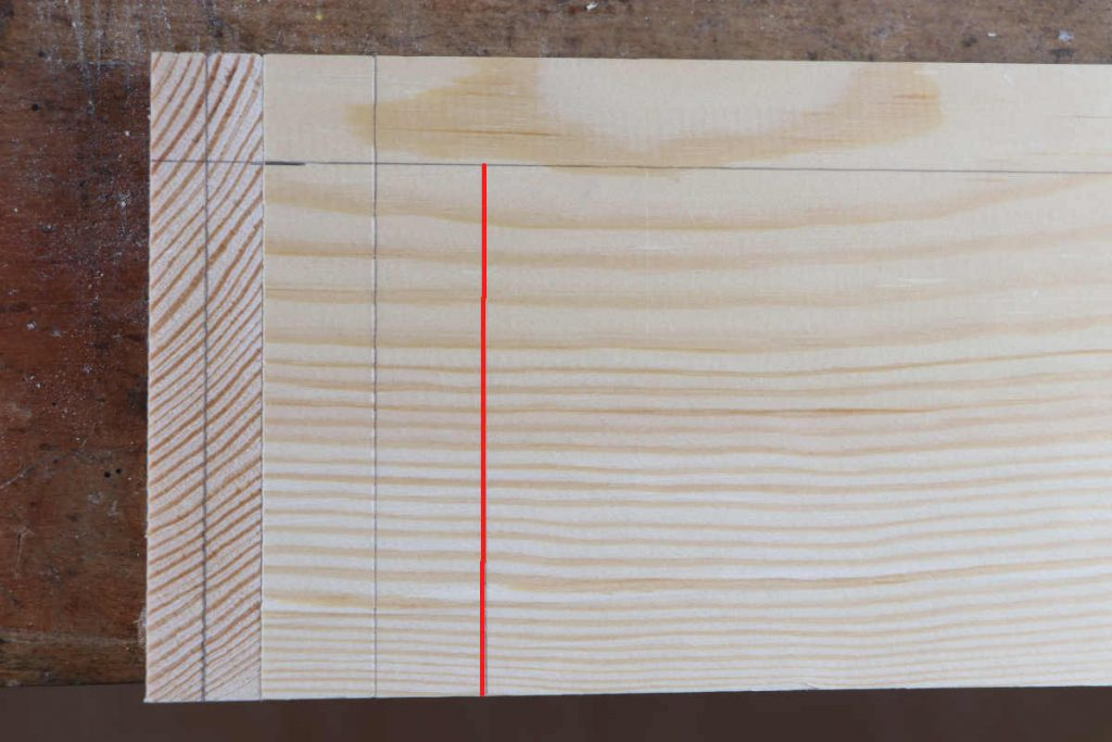 Zinkung auf Gehrung halbedoppelte Holzstärke mit Streichmaß anreißen